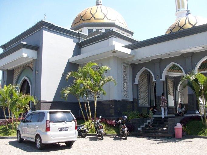 Masjid berkubah emas tak bernama.